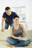 Jong paar met computer Stock Afbeelding