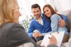 Jong paar met de therapie van de psycholoogfamilie gelukkig koesteren royalty-vrije stock afbeeldingen