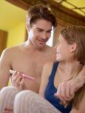Jong paar met de uitrusting van de zwangerschapstest royalty-vrije stock foto