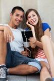 Jong paar met digitale tablet Stock Fotografie