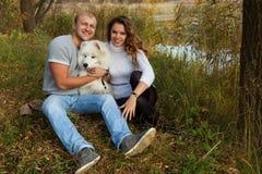 Jong paar met een hond Royalty-vrije Stock Fotografie