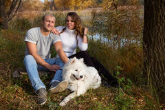 Jong paar met een hond Stock Afbeeldingen