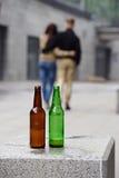 Jong paar met flessen bier royalty-vrije stock afbeeldingen