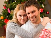 Jong paar met giften voor Kerstboom Royalty-vrije Stock Afbeeldingen