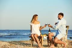 Jong paar met glazen wijn die romantisch diner hebben stock fotografie