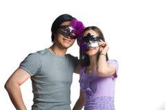 Jong paar met halve maskers Royalty-vrije Stock Afbeelding
