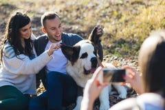 Jong paar met hond royalty-vrije stock afbeelding