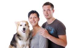Jong paar met hond royalty-vrije stock fotografie