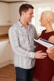 Jong Paar met Huisdetails in Keuken Stock Foto's