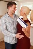 Jong Paar met Huisdetails in Keuken Royalty-vrije Stock Foto's