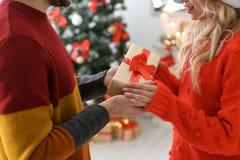 Jong paar met Kerstmisgift Stock Foto
