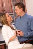 Jong paar met koffie Stock Fotografie