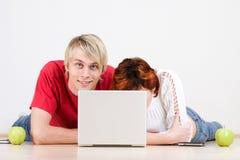 Jong paar met laptop Stock Afbeelding