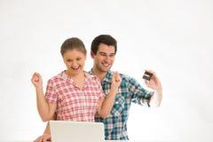 Jong Paar met Laptop Royalty-vrije Stock Foto's