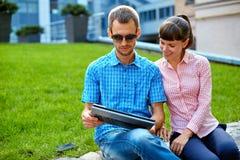 Jong Paar met Laptop Stock Afbeeldingen