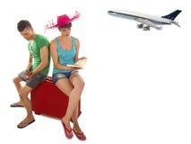 Jong paar met lijnvliegtuig van de koffer het wachten bored vertraging Stock Fotografie