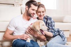 Jong paar met puppy Royalty-vrije Stock Fotografie