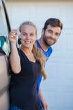Jong paar met sleutels tot nieuwe auto royalty-vrije stock foto's