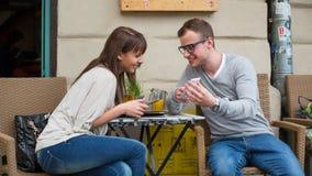 Jong paar met tablet in koffiebar. stock afbeelding