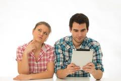 Jong paar met tablet-PC stock afbeeldingen