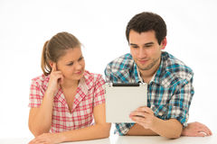 Jong paar met tablet-PC stock fotografie