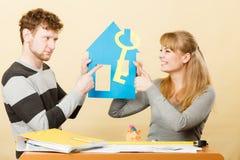 Jong paar met verschillend advies over huis Stock Foto's
