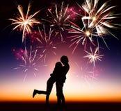 Jong paar met vuurwerk Stock Afbeeldingen