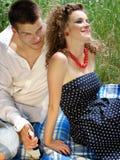 Jong paar met wijn op de deken royalty-vrije stock afbeelding