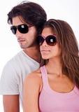Jong paar met zonnebril stock afbeeldingen