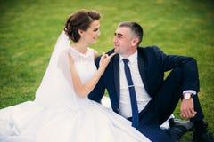 Jong paar Mooi paar die in het park in hun lopen wij in het zwembad in een huwelijkskostuum en een huwelijkskleding Stock Foto