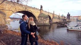 Jong paar op Charles Bridge stock videobeelden