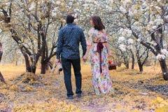 Jong paar op datum in de herfstpark Stock Foto