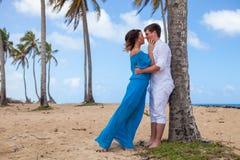 Jong paar op de achtergrond van palmen Royalty-vrije Stock Foto's