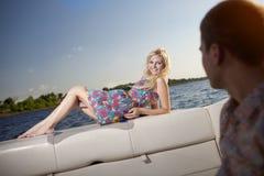 Jong paar op de boot stock foto