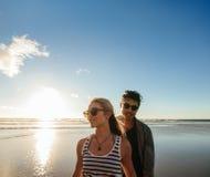 Jong paar op de overzeese kust stock foto