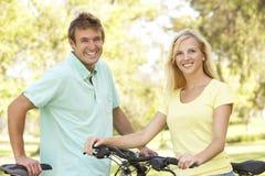 Jong Paar op de Rit van de Cyclus in Park stock afbeeldingen