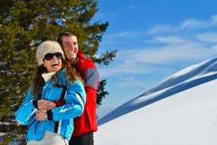 Jong paar op de wintervakantie Stock Afbeeldingen