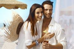 Jong paar op de zomervakantie stock foto's