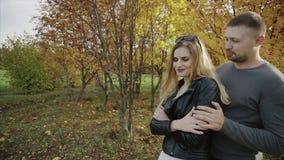 Jong paar op een datum in het de herfstpark stock video