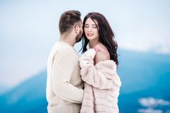 Jong paar op een gang in de sneeuwbergen Royalty-vrije Stock Foto's