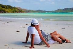 Jong paar op een strand in Seychellen royalty-vrije stock fotografie