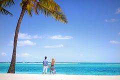 Jong paar op een tropisch eiland Stock Foto's