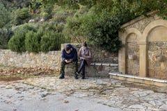 Jong paar op het park met telefoons royalty-vrije stock foto