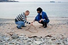 Jong paar op het strand Stock Fotografie