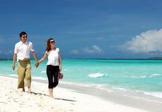 Jong paar op het strand stock afbeeldingen
