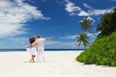Jong paar op het strand royalty-vrije stock afbeeldingen