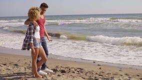 Jong paar op het strand stock video