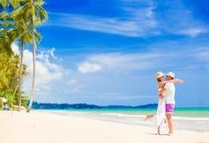Jong paar op hun wittebroodsweken die pret hebben door tropisch strand royalty-vrije stock fotografie