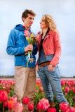 Jong paar op Nederlandse bloemgebieden Stock Afbeelding
