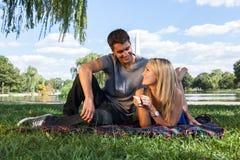Jong Paar op Picknick dichtbij het Monument van Washington Stock Afbeelding